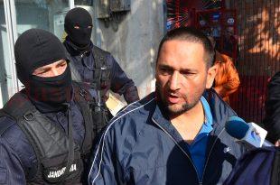 """Traian Berbeceanu, în momentul în care a fost """"ridicat"""" de acasă, cu mascaţii – 23 octombrie 2013."""