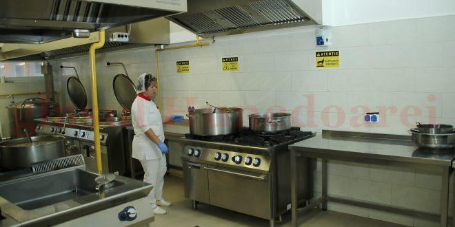 Sâmbătă, pentru masa de prânz, în bucătăria Spitalului Județean, s-a gătit un singur produs: piure de cartofi