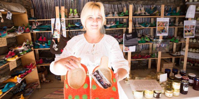 Mariana Purghel şi o pereche de papuci de Viscri care-ţi fură imediat privirea