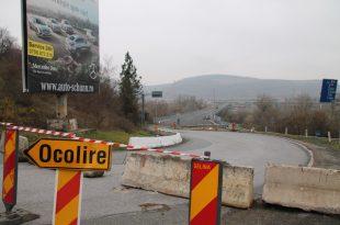 Indicatoarele puse la capetele podului continuau să deruteze şoferii, mai ales pe cei din alte judeţe, care nu aflaseră de închiderea podului.