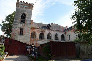 SECUND Castelul Nopcsa de la Sacel este inconjurat de blocuri comuniste si, mai nou, de garaje