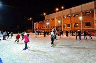La Hunedoara, patinoarul a fost deschis la 1 Decembrie. La Deva, nu. Sursa foto: Primăria Hunedoara