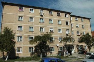 """Blocul """"Casa Albă"""" de pe strada Adrian Păunescu este unul dintre imobilele din Brad care vor fi reabilitate în cadrul proiectului """"Comunitatea Brad – Acceptă sprijinul nostru"""""""