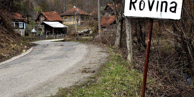 Intrarea în micul sat hunedorean ale cărui împrejurimi sunt miza unei afaceri uriaşe