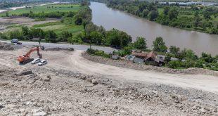 Coșmarul familiei Ursu a început, efectiv, anul trecut, în momentul în care muncitorii au început să taie dealul și să demoleze aproape tot ce au construit o viață întreagă