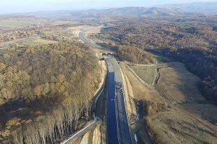 Versanţi care alunecă, porţiuni de asfalt crăpate (deşi nu s-a circulat niciodată pe ele) şi lucrări suplimentare solicitate doar verbal de CNAIR, bani aşteptaţi dar neachitaţi, sunt principalele motive pentru care există riscul ca Lotul 3 al autostrăzii Lugoj – Deva să rămână fără un constructor (foto: Asociaţia Pro Infrastructură)