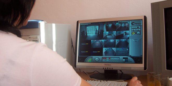 Adolescentul a fost prins chiar în momentul în care dislocase geamul patiseriei. Totul a fost filmat de camerele de supraveghere amplasete în zonă