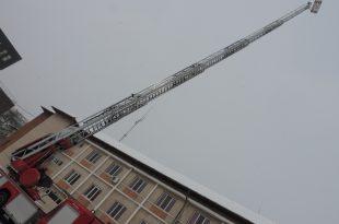 Noua autoscară a pompierilor este atât de înaltă încât cu greu a putut fi cuprinsă cu un teleobiectiv obişnuit, din curtea ISU Hunedoara (spaţiu destul de generos, de altfel)