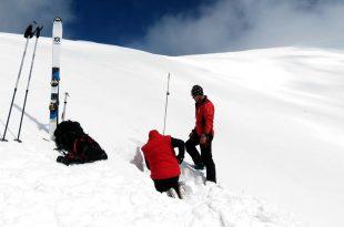 Testele făcute de salvamontişti indică foarte clar un risc ridicat de avalanşă în Masivul Parâng (sursa foto: Remus Popescu)
