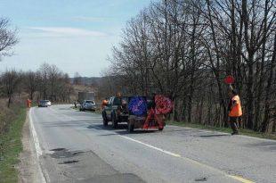Drumarii fac, deocamdată, plombări pe DN 68 A. În mai se vor aşterne şi covoarele asfaltice. Reabilitarea drumului nu se ştie, deocamdată, când va fi.
