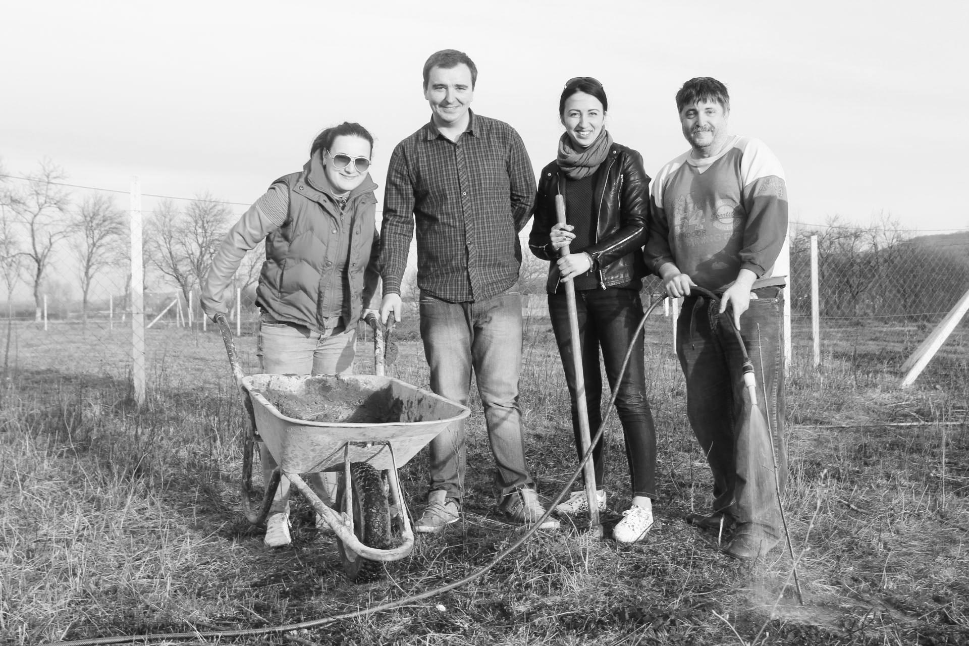 Martie 2016, plantând copaci alături de colegii din redacţie
