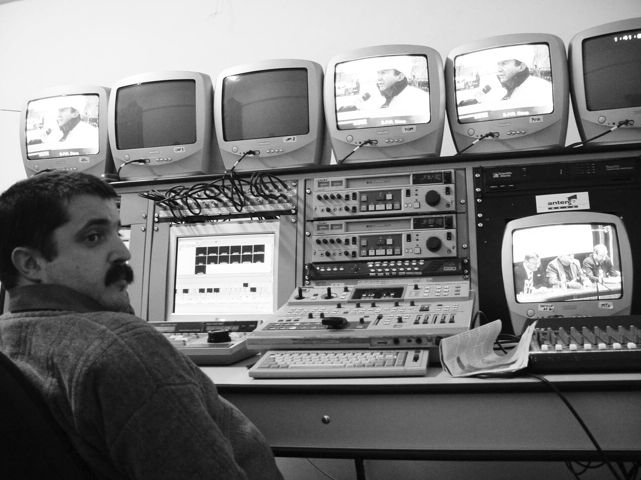 În regia de emisie a postului Antena 1 Deva, la a cărui apariţie a contribuit din plin, în septembrie 2003