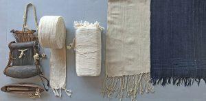 Război de țesut, fâșii țesute și învelitoare (de tip fota) nevopsită și învelitoare vopsită cu indigo – expuse la Muzeul Textilelor