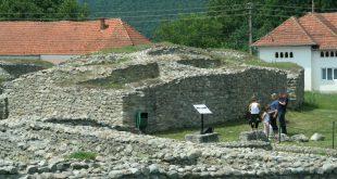 În timp ce turiştii sunt obligaţi să apeleze la Internet şi lucrări de specialitate pentru a-şi da seama cum arăta Amfiteatrul romanilor de la Ulpia Traiana, autorităţile guvernamentale şi Consiliul Judeţean se-ncurcă iarăşi doar în hârtii (pentru că bani de restaurare ar fi).