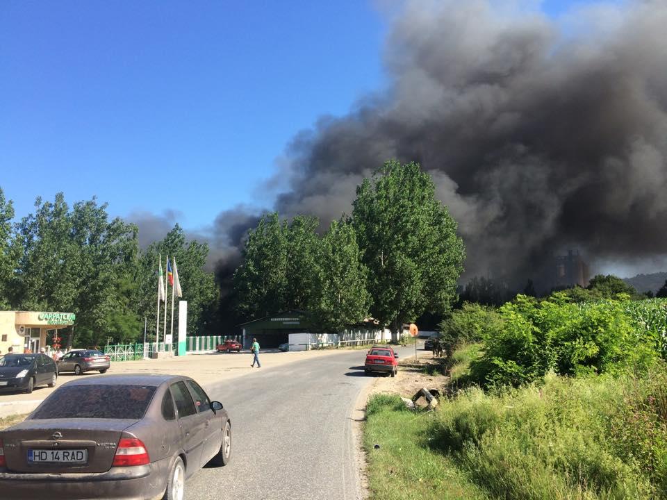 """Photo of Incendiul de la Chișcădaga încurcă și mai mult depozitarea gunoaielor din județul Hunedoara. Carpatcement și-a băgat """"bomba"""" în casă"""