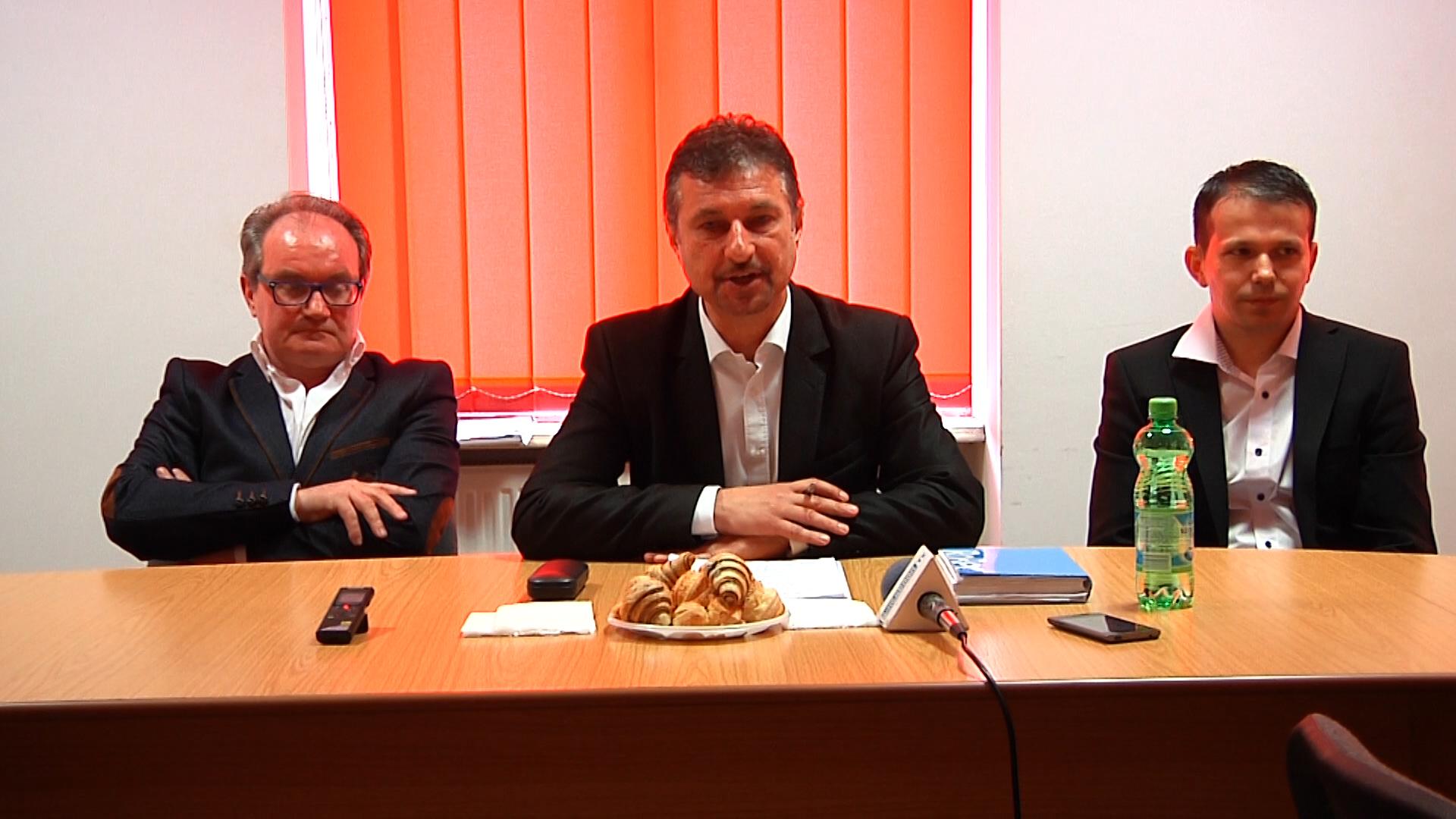 Dan Bobouţanu (în centrul imaginii) a fost nevoit să-l promoveze pe lista PSD pe Raul Scurtu (în dreapta), în locul omului de afaceri italian (în stânga imaginii)