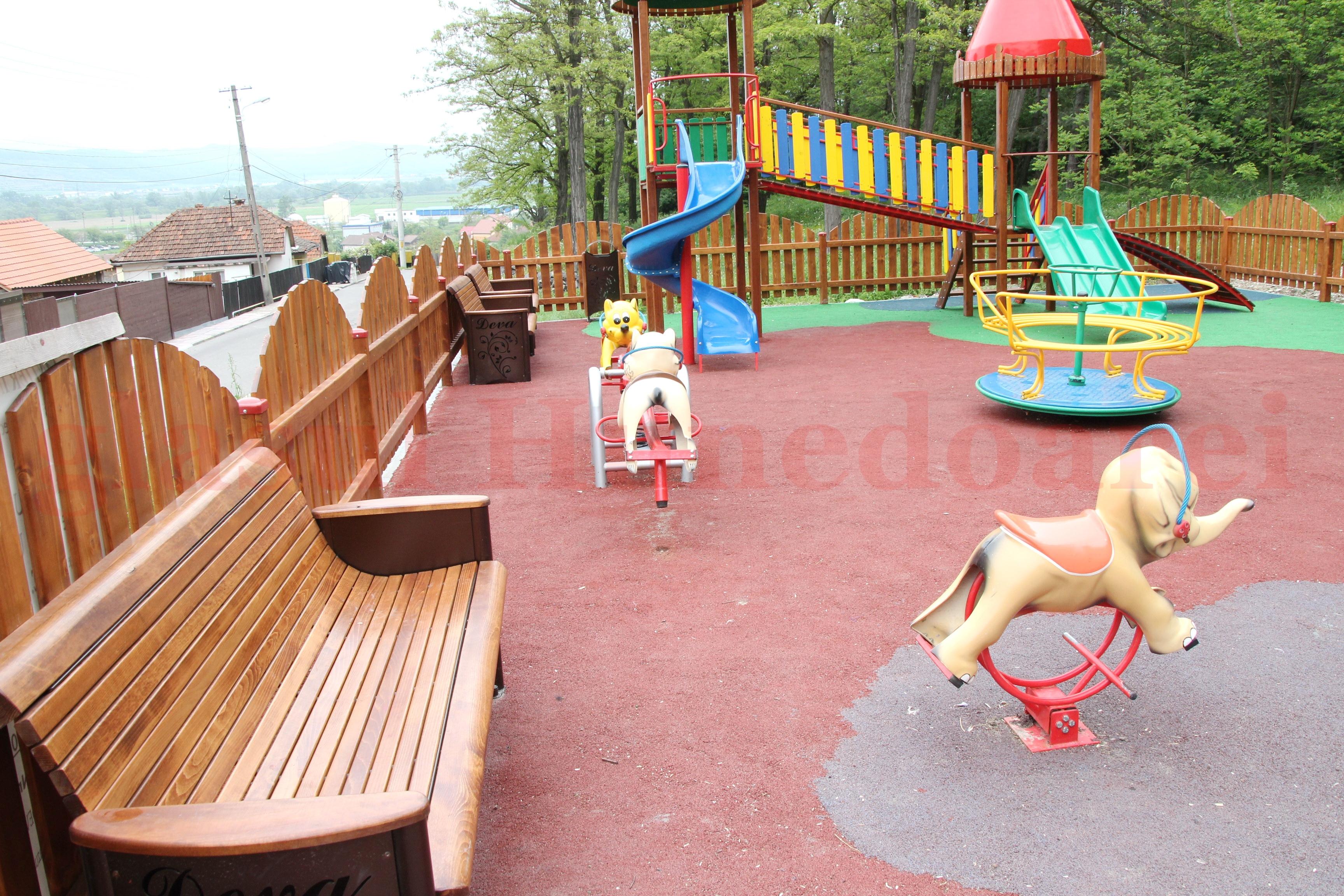 Photo of Discriminați de Primăria Deva. INTERZIS! Copiii cu handicap nu au voie să se joace în parc