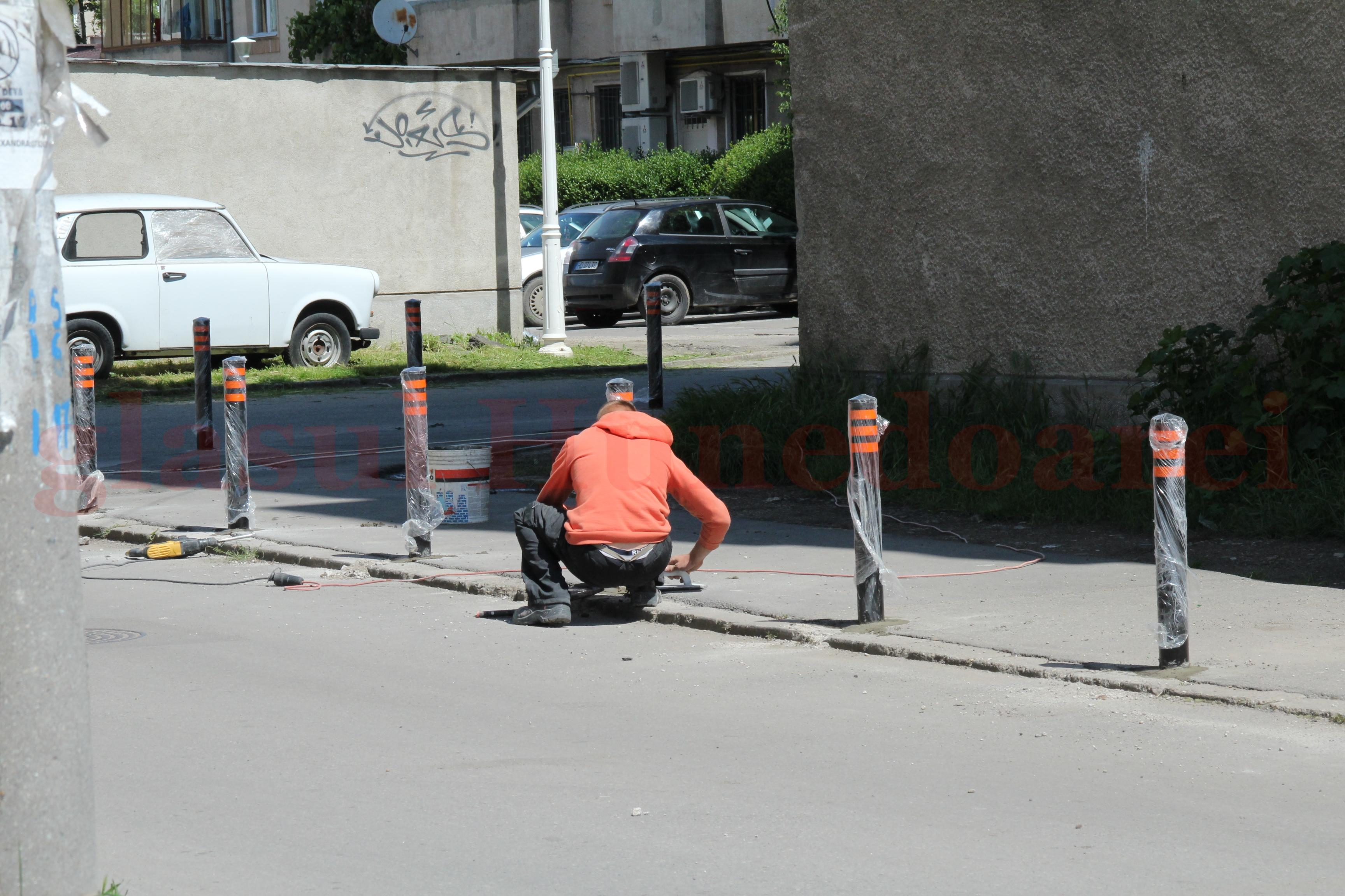 """Photo of Fără locuri de parcare, șoferii sunt """"blocați"""" de Primăria Deva"""