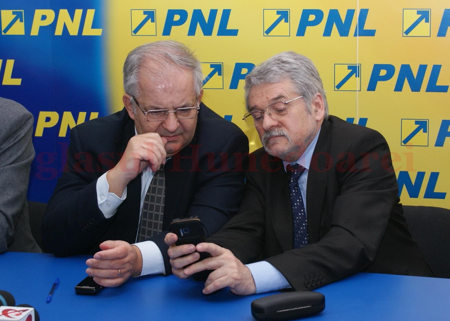 Dorin Păran (stânga) şi Mircea Moloţ (dreapta) sunt, din nou, colegi de partid, de data aceasta la ALDE