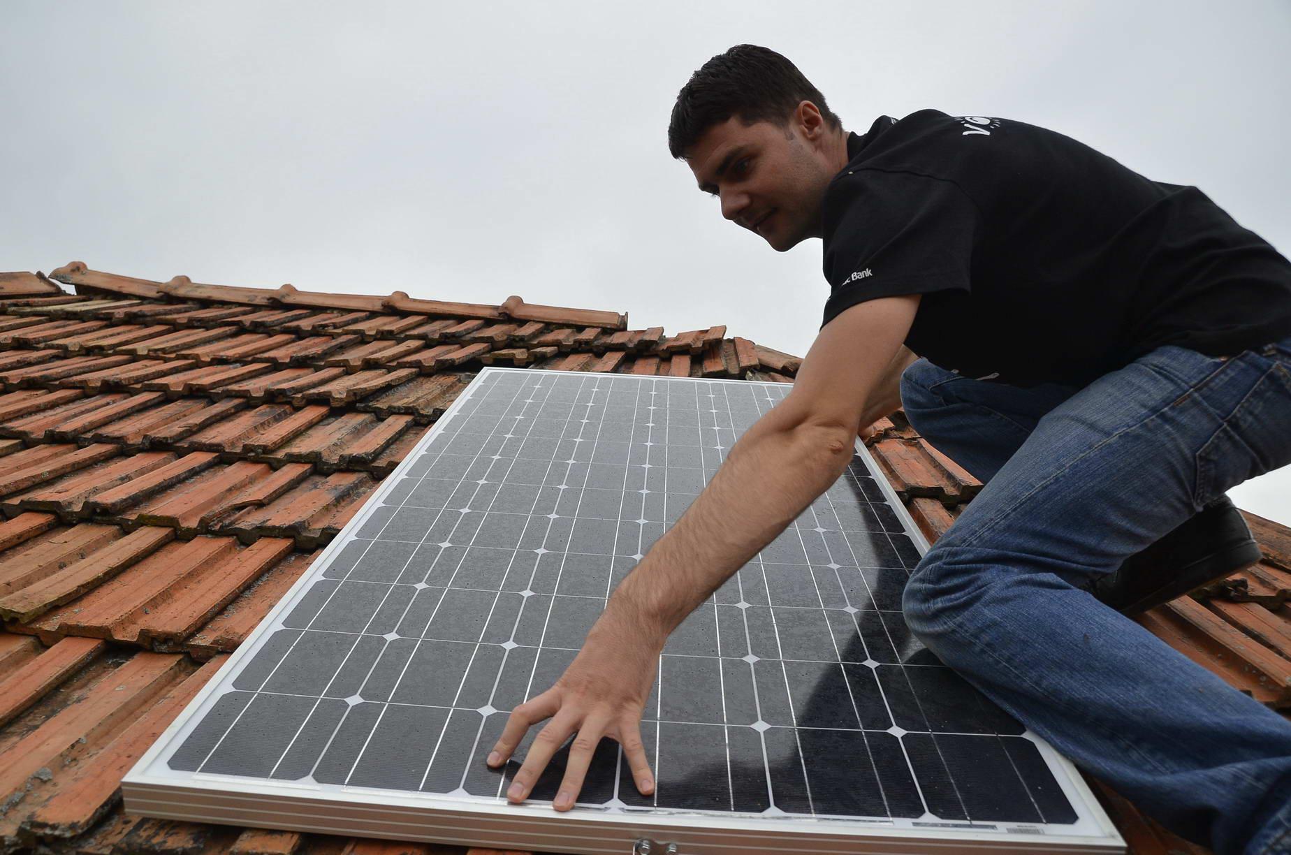 """Photo of Hunedorenii care vor să beneficieze de programul """"Casa Verde"""" trebuie să se înarmeze cu răbdare. Peste 200 de locuinţe din judeţ pot fi dotate cu panouri solare sau pompe de căldură pe bani de la Ministerul Mediului"""