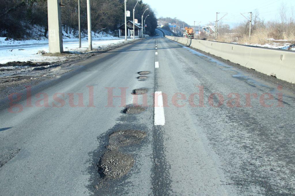 """Photo of Zăpada şi gerul """"au muşcat"""" din asfalt. Gropile de pe DN 7 au """"răsărit"""" precum ciupercile după ploaie (GALERIE FOTO)"""