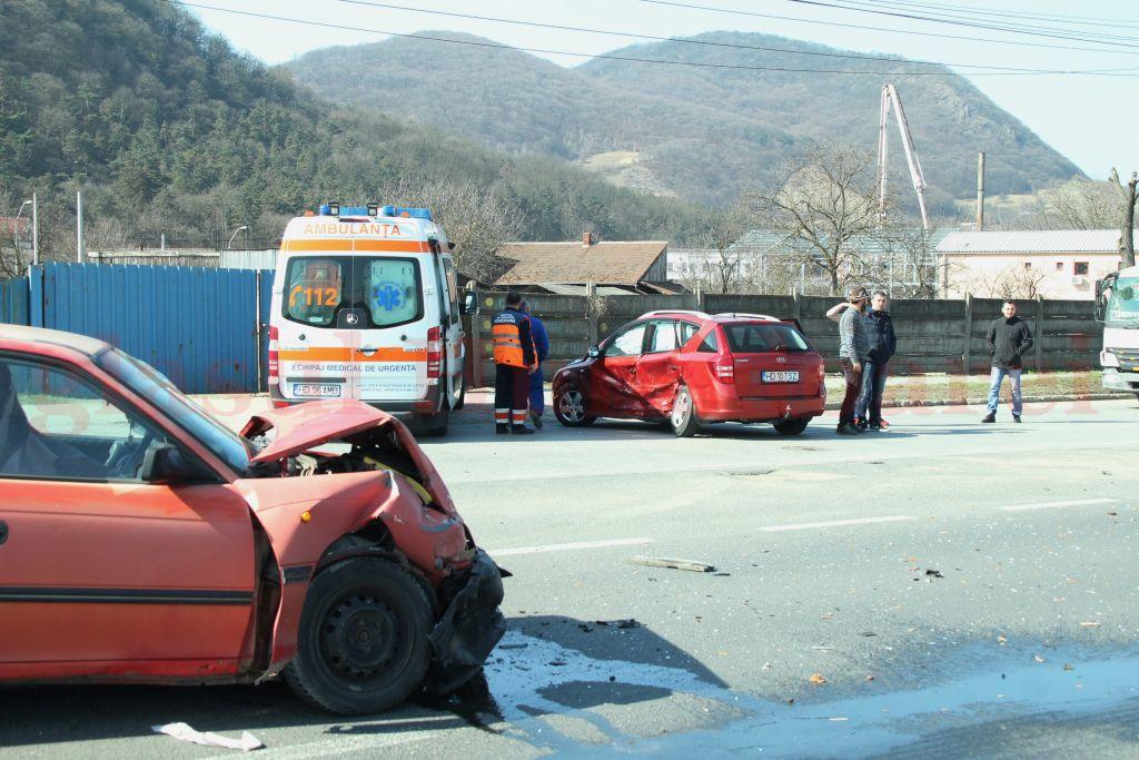 Photo of O șoferiță a rămas blocată între fiare, după o manevră iresponsabilă (GALERIE FOTO)