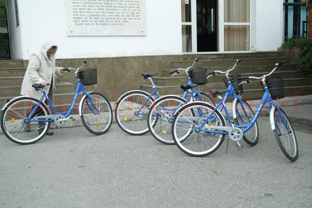 """Photo of Cum, unde şi de ce au """"dispărut"""" bicicletele de mii de euro ale Primăriei Deva. Bicicletele electrice date Poliţiei Locale au fost duse acasă de câţiva dintre angajaţi"""