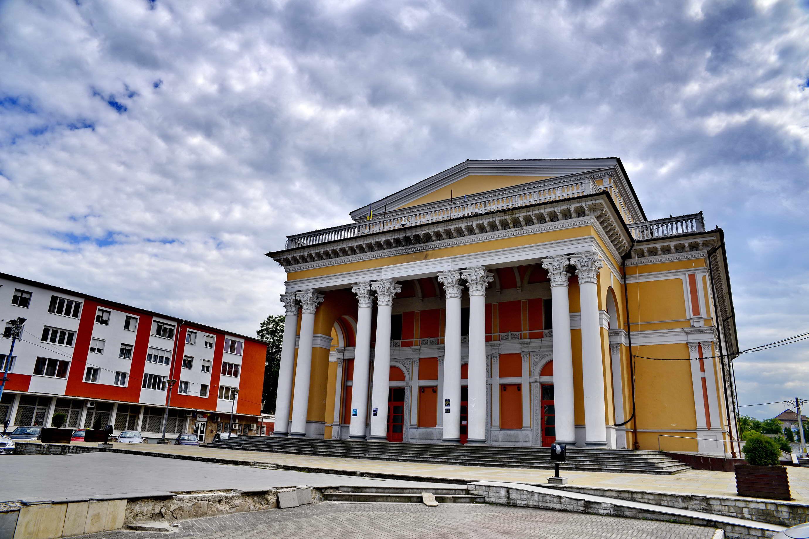 """Photo of """"Găuri"""" imense la două instituţii culturale. Casa de Cultură Hunedoara are doar pe hârtie un bazin de apă (plătit şi recepţionat), iar la teatrul din Petroşani e reclamată o pagubă de 2,6 milioane de lei"""