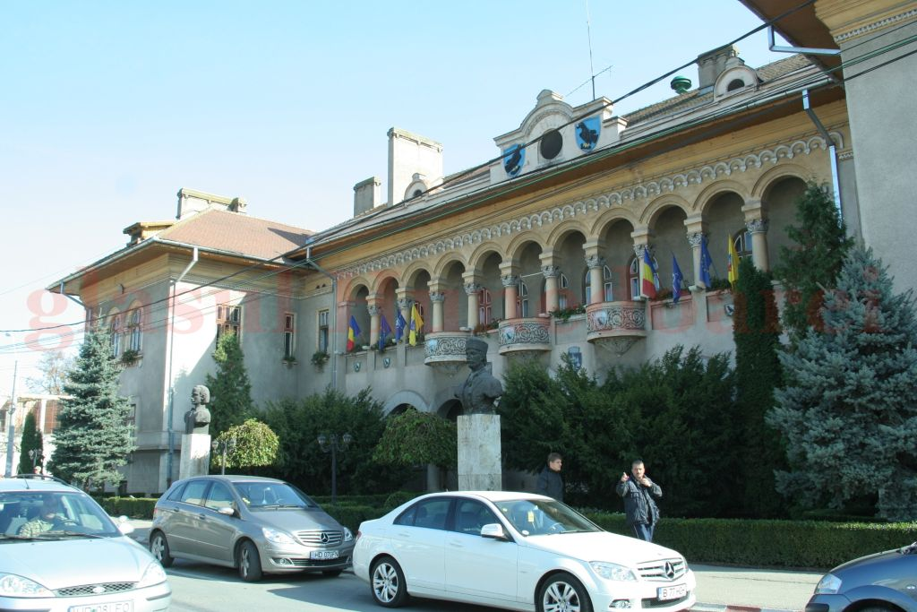 Primăria Hunedoarei anunţă o propunere de creştere a salariilor cu 30 la sută în timp ce Consiliul Judeţean nu comunică, deocamdată, oficial, cifre clare
