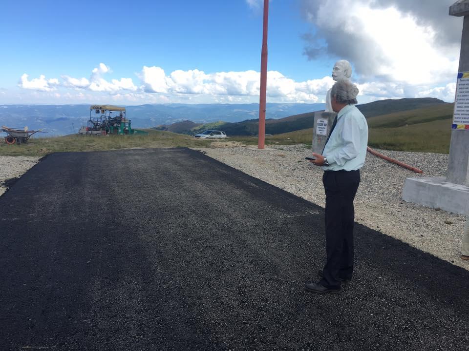 """CJ Hunedoara pune covor asfaltic pe partea sa de """"mică Transalpină"""", dar CJ Gorj nu are bani decât pentru o pietruire pe 3 kilometri"""