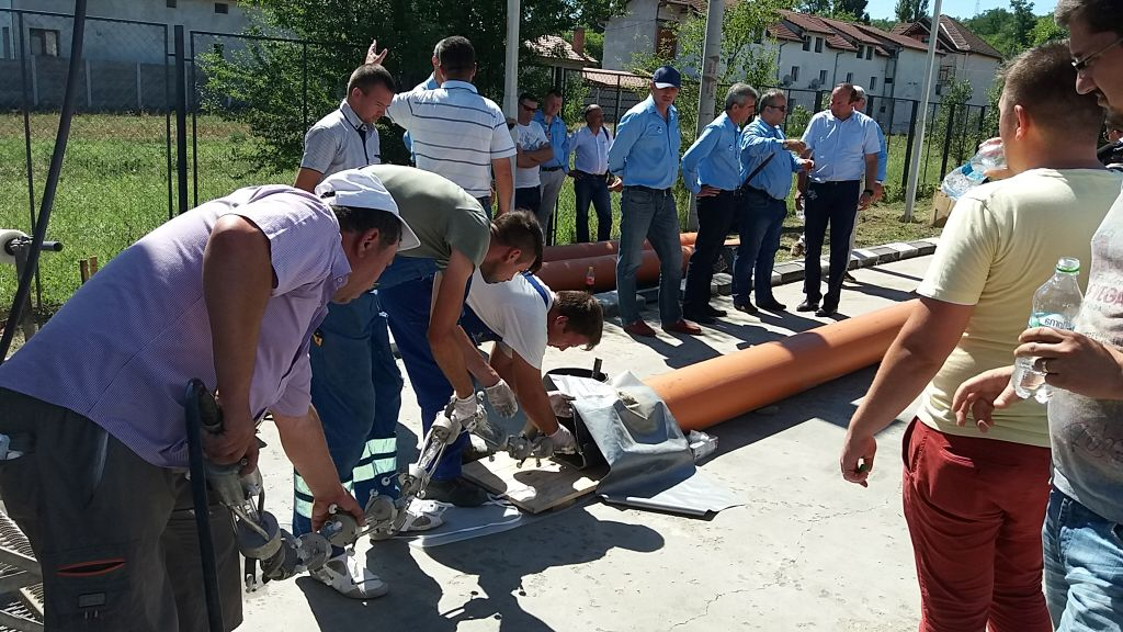 """Un tub dintr-un material composit este introdus în conducta defectă, iar tubul este lipit pe pereţii conductei cu ajutorul unui """"tren"""" cu lumină ultravioletă."""