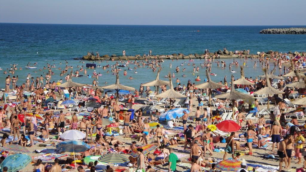 Oficial, toţi cursanţii trimişi la mare de Consiliul Judeţean au avut timp să se relaxeze pe plajă doar după-amiaza spre seara
