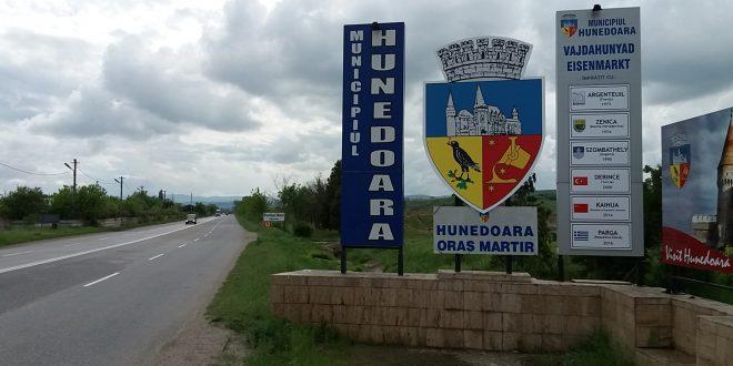 Terenul pe care Primăria doreşte să-l scoată la licitaţie se află în spatele panourilor care indică intrarea în municipiul Hunedoara