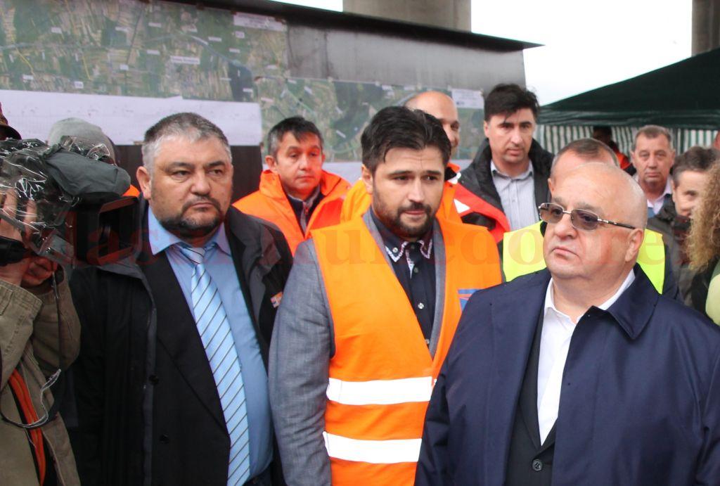 Ştefan Ioniţă (cu vestă, în centrul imaginii) a zis ca şeful (Felix Stroe – în dreapta imaginii), dar n-a mai venit pe şantierul autostrăzii