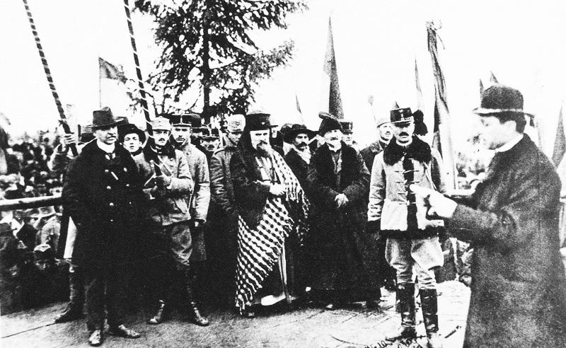 Momentul citirii proclamaţiei de la Alba Iulia, surprins de singurul fotograf prezent – soldatul Samoilă Mârza, un tânăr înrolat în armata austro–ungară, reîntors acasă, la Alba, cu doar patru zile înainte de 1 Decembrie 1918, fost ucenic al unui fotograf din Sibiu, înainte de a începe Primul Război Mondial.