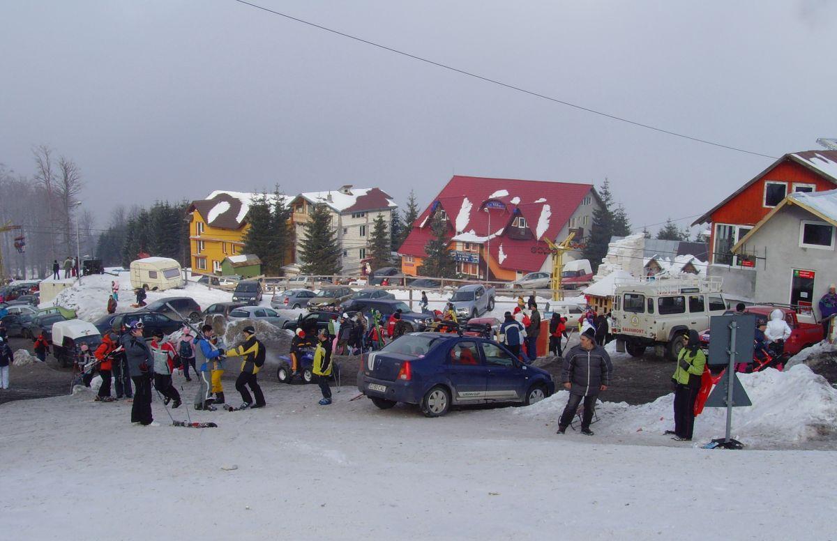 """Aproximativ 2.000 de turişti urcă în fiecare weekend la Straja însă prea puţini beneficiază de servicii racordate la canalizare (fotografia prezentată are doar caracter generic şi nu doreşte să """"incrimineze"""" vreo clădire anume)"""