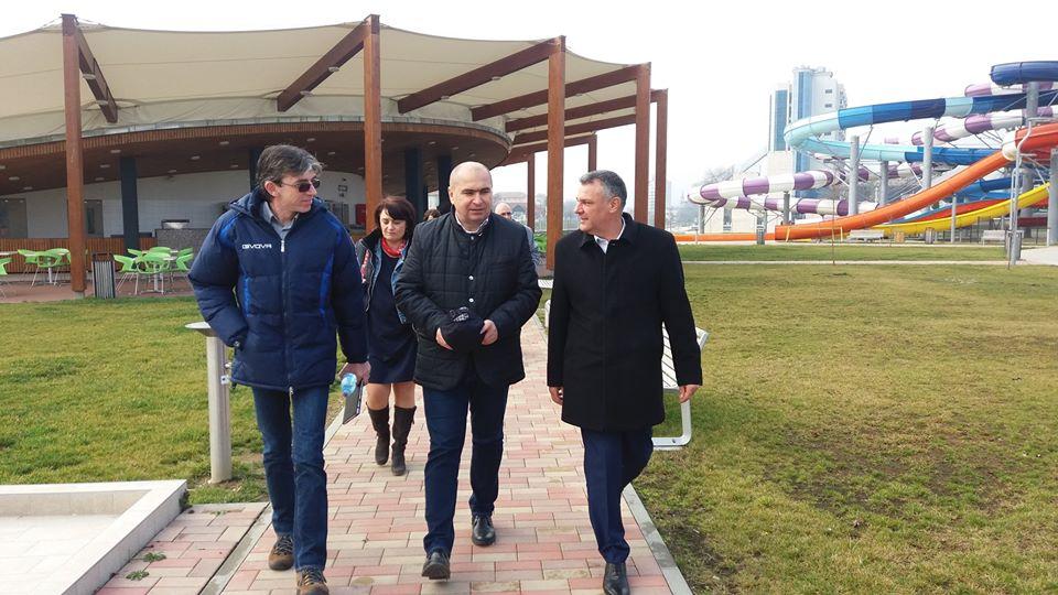 Ilie Bolojan explicându-i lui Florin Oancea cum reuşeşte Primăria Oradea să aibă profit din baza sa de agrement (lucru care nu s-a întâmplat în niciun an, în cazul Aqualand-ului din Deva)
