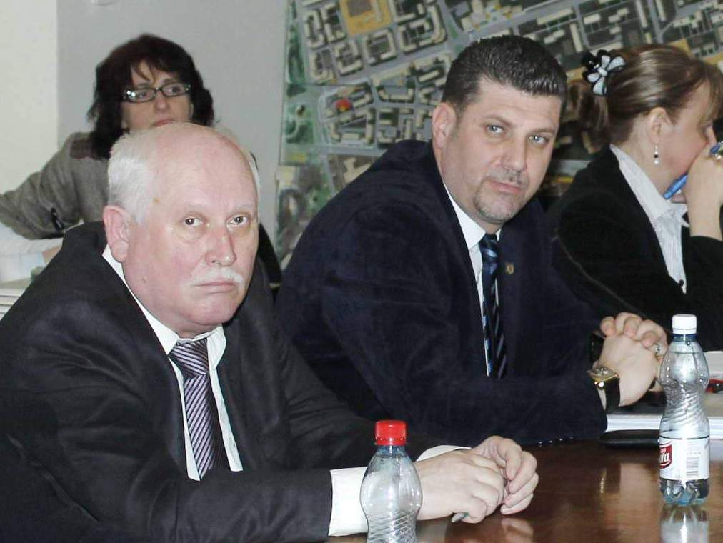 """Alexandru Mărginean (stânga) şi Robert Muzsic (dreapta) pe vremea în care făceau echipă în CL Hunedoara, dar ca membri ai PP-DD. De-atunci, """"valurile"""" politicii i-au purtat spre PNL, iar acum se pare că îi duc spre o destinaţie politică incertă."""