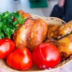 La deschidere, clienţii sunt invitaţi să deguste produse din carne de pui afumate (pulpe şi pastramă). Se vor convinge că n-au mai avut demult parte de ceva atât de bun.