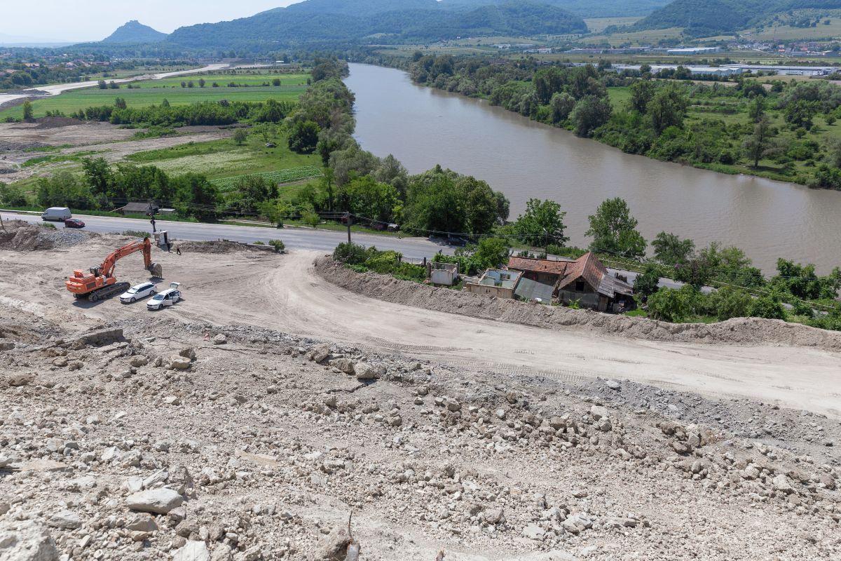 Casa familiei Ursu a rămas prinsă între DN76 şi viitoarea autostradă, dar Guvernul încă invocă motive birocratice şi legale pentru o despăgubire cu adevărat corectă