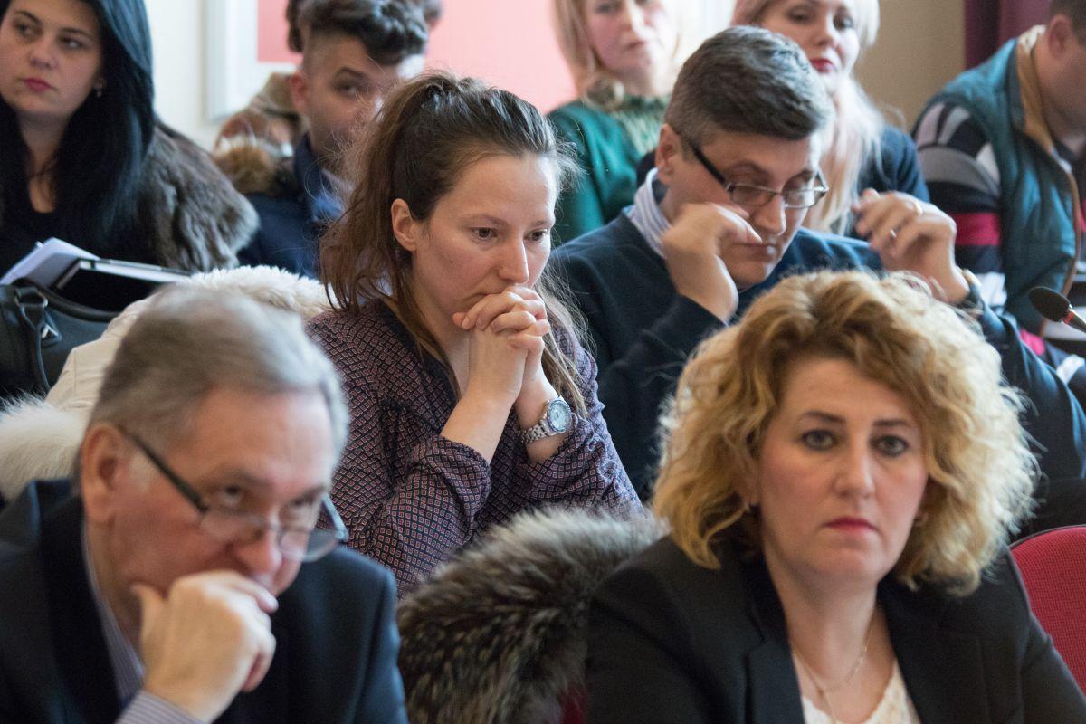 Lidia Luca (centru – plan îndepărtat) nu a primit apartamentul în chirie, pentru că aleșii PSD s-au abținut de la vot