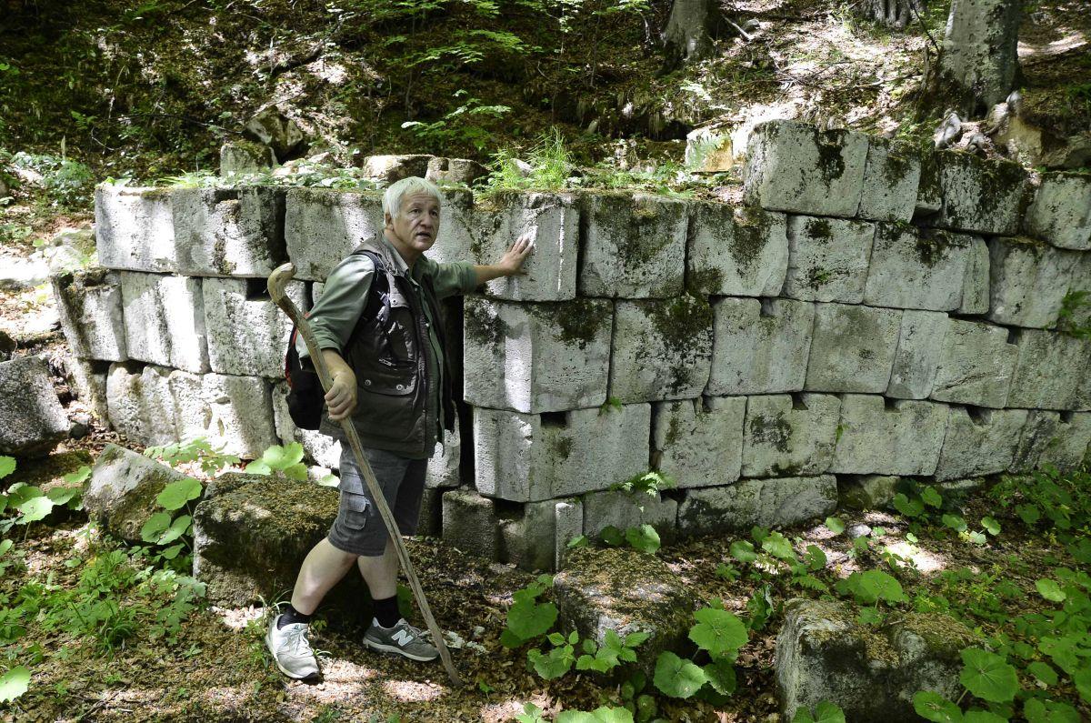 Vladimir Brilinsky, în vara lui 2013, explicând situaţia concretă a Turnului Pentagonal împins la vale de rădăcinile mai multor copaci din imediata-i apropiere