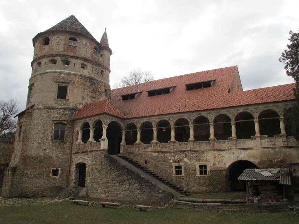"""Photo of Istoria cum nu e scrisă în manual. """"Fratele"""" mai mic al Castelului de la Hunedoara. Aripa Bethlen a Castelului din Hunedoara are un """"frate"""" care îi seamănă foarte bine în satul Criș din județul Mureș."""