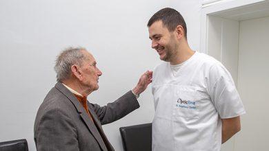 Veteranul Ioan Ciocan, mulțumindu-i doctorului Angelescu că l-a ajutat să vadă din nou