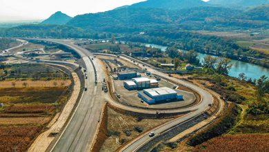 Se lucrează intens la nodul de la Şoimuş, care va integra şi un centru de întreţinere şi coordonare pentru autostradă (găzduit de halele din imagine).
