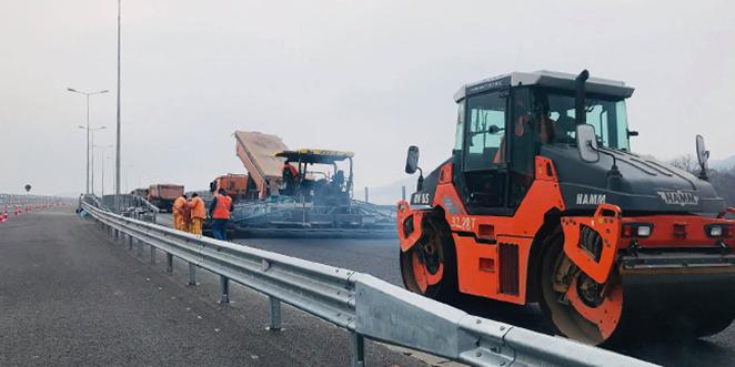 În ultimele două zile s-au turnat ultimele straturi de asfalt pe nodul rutier de la Şoimuş, iar astăzi se pare că acesta va putea fi folosit şi de simpli şoferi