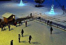 La Hunedoara, patinoarul a fost îngustat cu cinci metri pentru ca instalaţiile de răcire să facă faţă mai bine perioadelor cu multe grade Celsius peste zero (sursa foto: facebook/Primăria Hunedoara)