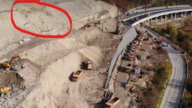 Conform lui Narcis Neaga, alunecarea de pe Dealul Liliecilor a avut loc pe exact aceeaşi porţiune în care s-a petrecut un fenomen similar în urmă cu o lună şi jumătate (imaginea prezentată a fost surprinsă la scurt timp după alunecarea din octombrie)