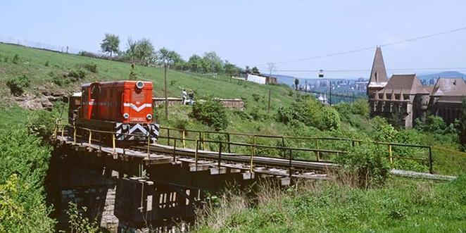 Trenul mic Hunedoara - Govăjdie, o oportunitate turistică imensă pe care autorităţile din perioada anilor 1998 – 2004 au lăsat-o să dispară sub ochii noştri, ai tuturor (imagine realizată de Wolfram Wendelin în 8 mai 1998)