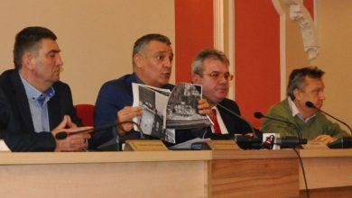 Florin Oancea a prezentat ieri şi câteva imagini dezolante de la mai multe puncte de colectare a deşeurilor menajere din Deva despre care spune că au fost surprinse cu puţin timp înainte de conferinţa sa de presă